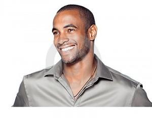 hombre-negro-joven-sonriente-16076215